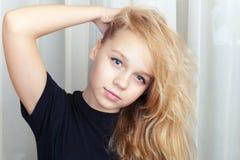 Lächelndes blondes kaukasisches Mädchen mit dem langen Haar Stockfotos