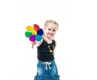 Lächelndes blondes Kind mit spinnendem tragendem Pullunder des Spielzeugs Lizenzfreies Stockfoto