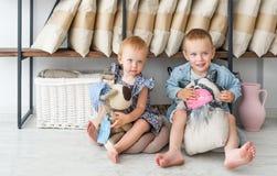 Lächelndes blondes Kinderspiel mit handgemachten Spielwaren Stockbilder