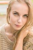 Lächelndes blondes Mädchen Stockfoto