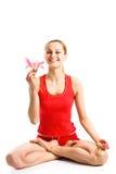 Lächelndes blondes Mädchen, das in der Yogahaltung sitzt Lizenzfreie Stockfotos