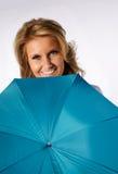 Mädchen hinter Regenschirm Stockfoto