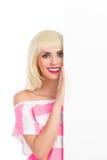 Lächelndes blondes Mädchen hinter dem Plakat Stockfoto