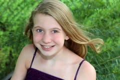 Lächelndes blondes Mädchen im Gras Lizenzfreie Stockfotografie