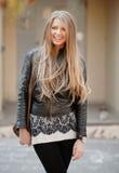 Lächelndes blondes Mädchenporträt der Junge Lizenzfreie Stockbilder