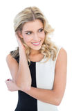 Lächelndes blondes Modell, das weg schaut Lizenzfreie Stockbilder