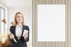 Lächelndes Bondmädchen nahe Plakat im Restaurant Lizenzfreies Stockbild