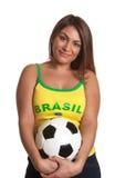 Lächelndes brasilianisches Mädchen mit Fußball stockbild
