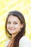 Lächelndes Brunettemädchen mit grünen Augen Stockfotos