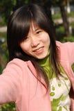 Lächelndes chinesisches Mädchen lizenzfreie stockbilder