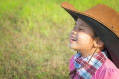 Lächelndes Cowgirl auf einem Gebiet Stockbild