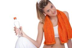 Eignung – junge Frau mit Flasche Wasser lizenzfreies stockbild