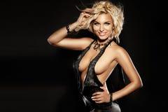 Lächelndes elegantes blondes Frauentanzen, Kamera betrachtend Lizenzfreie Stockfotos