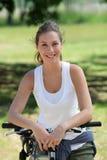 Lächelndes Fahrrad der jungen Frau Reit Lizenzfreies Stockfoto