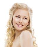 Lächelndes Frauen-Gesicht auf Weiß, Mädchen-Zahn-Lächeln-Porträt Stockfotografie