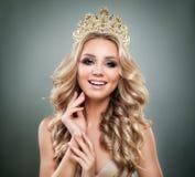 Lächelndes Frauen-Mode-Modell mit Make-up, blondes gewelltes Haar Stockfoto
