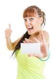 Lächelndes Frauen- oder Jugendlichmädchen, das leeres Kartensi des leeren Papiers zeigt Stockfotografie