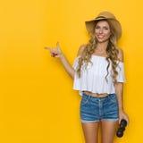 Lächelndes Frauen-Reisend-Zeigen Stockfotografie
