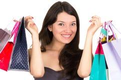 Lächelndes Fraueneinkaufen des schönen jungen Brunette lizenzfreies stockbild
