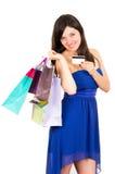 Lächelndes Fraueneinkaufen des schönen jungen Brunette stockfotografie
