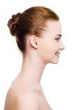 Lächelndes Frauengesicht mit freier Haut Stockfoto