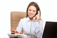 Lächelndes Frauenvorwahlknopftelefon Stockfoto