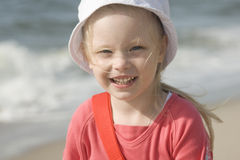 Lächelndes freundliches Mädchen auf dem Strand II Stockbilder