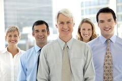 Lächelndes Geschäfts-Team lizenzfreie stockfotografie