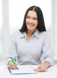 Lächelndes Geschäftsfrau- oder Studentenstudieren stockbild