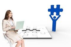 Lächelndes Geschäftsfrausitzen und -anwendung des Laptops Stockbild