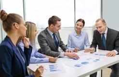 Lächelndes Geschäftsteam bei der Sitzung Lizenzfreies Stockfoto