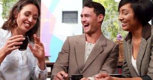 Lächelndes Geschäftsteam, das zusammenarbeitet stock footage