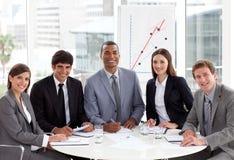 Lächelndes Geschäftsteam in einer Sitzung Stockfotografie