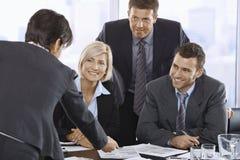 Lächelndes Geschäftsteam im Konferenzzimmer Lizenzfreie Stockfotos