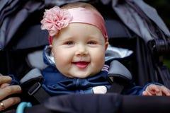 Lächelndes Gesicht der Babys, Nahaufnahme im Freien Stockfotografie