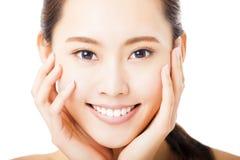 lächelndes Gesicht der jungen Frau lokalisiert auf Weiß Stockbild