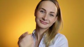 Lächelndes Gesicht der Nahaufnahme von herrlichen Blondinen mit elegantem Make-up und tragenden glänzenden Diamantohrringen stock footage
