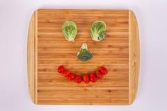 Lächelndes Gesicht gemacht von den Rosenkohlbrokkoli Floret-Kirschtomaten stockfotos