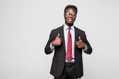 Lächelndes glückliches afrikanisches schwarzes Exekutivfachmanngeben Daumen oben im Studio stockfotografie