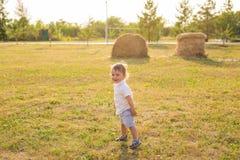 Lächelndes glückliches Baby auf natürlichem Hintergrund im Sommer oder im Herbst lizenzfreies stockfoto