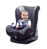 Lächelndes glückliches entzückendes Baby, das im Autositz sitzt Stockfotos