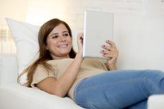 Lächelndes glückliches mit digitaler Tablet-Computer-Auflage zu Hause arbeiten der Schönheit Lizenzfreie Stockfotos