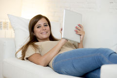 Lächelndes glückliches mit digitaler Tablet-Computer-Auflage zu Hause arbeiten der Schönheit Lizenzfreie Stockfotografie