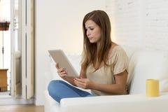 Lächelndes glückliches mit digitaler Tablet-Computer-Auflage zu Hause arbeiten der Schönheit Lizenzfreies Stockfoto