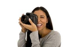 Lächelndes glückliches nehmendes Foto der jungen schönen hispanischen Fotograffrau mit Spiegelreflexkamera Stockbild
