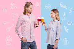 Lächelndes glückliches Paar beim Alkohol zusammen trinken Stockbilder
