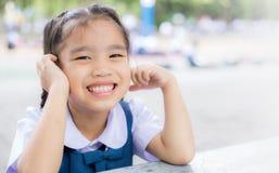 Lächelndes glückliches zur Schule zurück gehen des Studentenmädchens im Freien Stockfoto