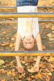 Lächelndes hängendes Mädchen Stockfotografie