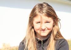Lächelndes haariges blondes Mädchen Lizenzfreie Stockfotos