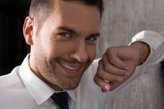 Lächelndes jugendliches bärtiges männliches Gefühl wunderbar Stockfoto